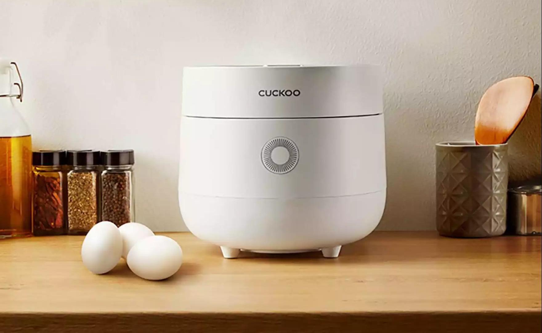 Nồi cơm điện tử Cuckoo CR-0675 được thiết kế lấy cảm hứng từ quả trứng cùng vẻ ngoài màu trắng trang nhã. Lòng nồi chống dính với chức năng điều chỉnh ba vị cơm dẻo, mềm, tơi xốp. Dung tích 1,08 lít đủ nấu cho gia đình 5-7 người ăn. Bảng điều khiển trực quan với các phím cảm ứng, dễ sử dụng. Các bộ phận rời, dễ tháo lắp, vệ sinh. Sản phẩm có giá giảm 35% duy nhất từ 12-19/9 trên LazMall, chỉ còn 1,43 triệu đồng (giá gốc đến 2,185 triệu đồng), miễn phí giao hàng toàn quốc. Đặt hàng tại đây.