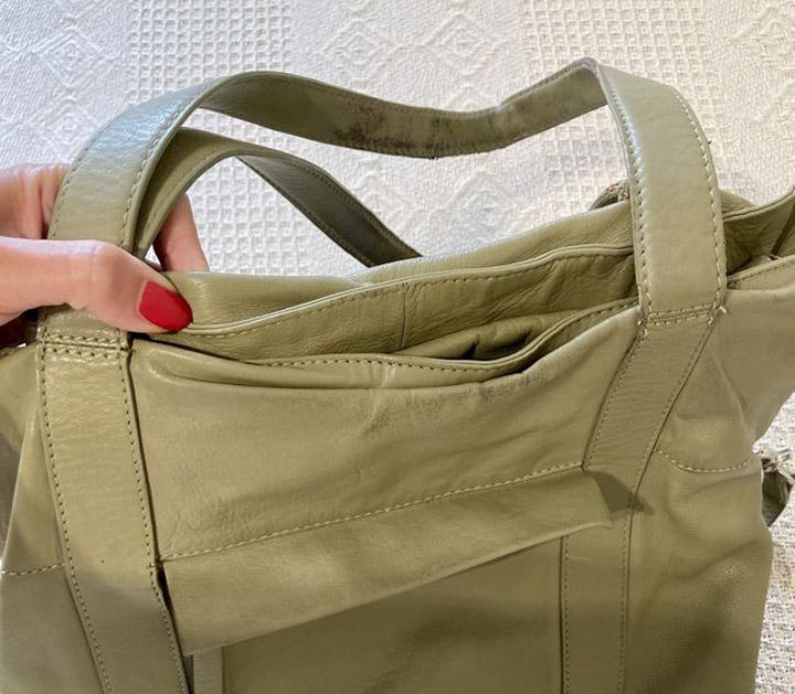 Túi xách cũ sờnHẳn cô gái nào cũng sở hữu một chiếc túi yêu thích và dùng đi dùng lại nhiều tới nỗi mất phom, sứt chỉ, phai màu, bong tróc... Đó là lúc bạn nên bỏ nó đi. Đối với phụ nữ, chiếc túi là tất cả. Nó thể hiện trạng thái của người đó. Nếu bạn xách một chiếc túi cũ sờn, bất kể là hàng hiệu hay có giá cao thế nào, nó sẽ hạ thấp phong cách của bạn, vlogger Thụy Điển Anna Bey chia sẻ.