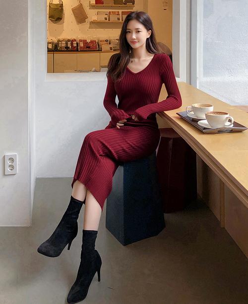 Trước khi mua váy dệt kim, nên ướm thử và ngắm trước gương kỹ lưỡng để đảm bảo bạn sẽ không bị lộ nhược điểm hay mỡ thừa. Nội y đi kèm đồ len mỏng này cũng cần được chuẩn bị chỉn chu.