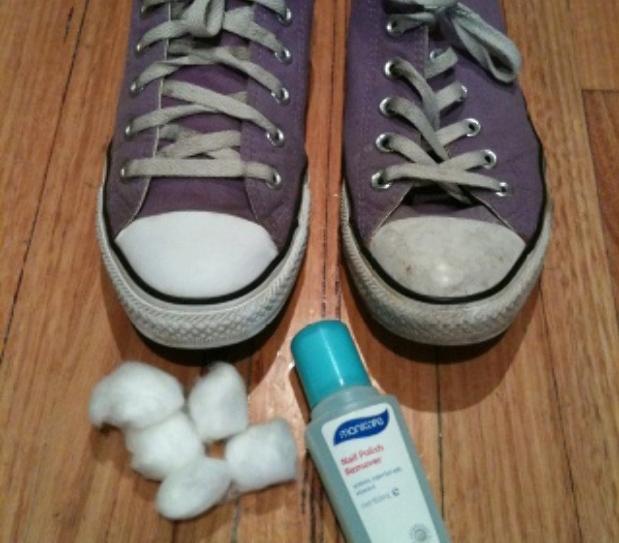 Làm mới giày sneakerChỉ cần dùng miếng bông thấm chút nước tẩy móng tay chà lên khu vực cần làm sạch, đôi giày của bạn sẽ sáng lên đáng kể.