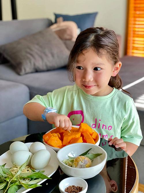 Myla ăn linh hoạt, luôn hưởng ứng các món của mẹ.