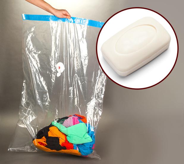 Ngăn mùi của quần áo bẩn khi đi chơiTrong chuyến du lịch, hẳn ai cũng có khá nhiều quần áo đã mặc nhưng đợi về nhà mới giặt. Để chúng không bốc mùi khó chịu, bạn hãy đặt vào túi một miếng xà bông.