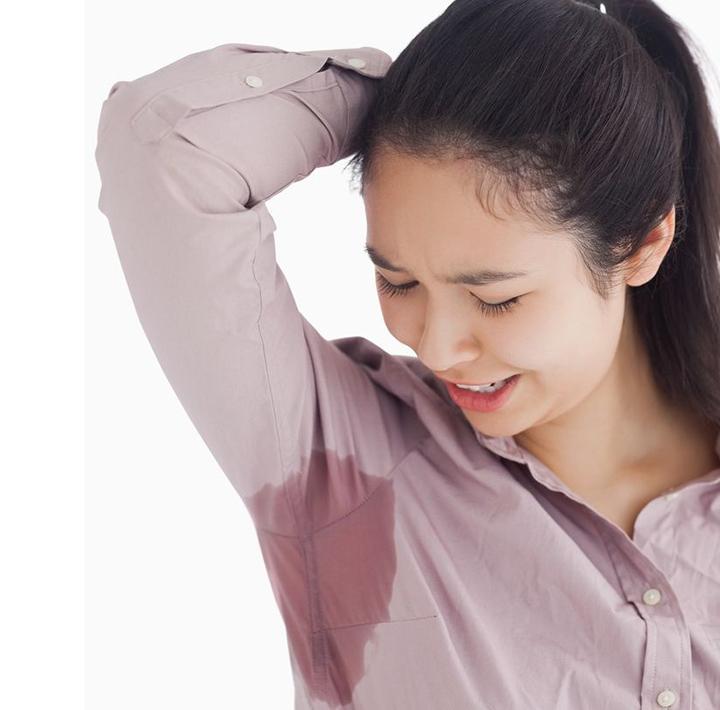 Vết mồ hôiVẻ ngoài thanh lịch sẽ biến mất vào lúc nách áo ướt đẫm. Nếu không có sản phẩm ngăn mồ hôi, bạn nên chọn trang phục không tay hoặc tối màu, chất liệu tự nhiên, thoáng khí như linen, cotton.