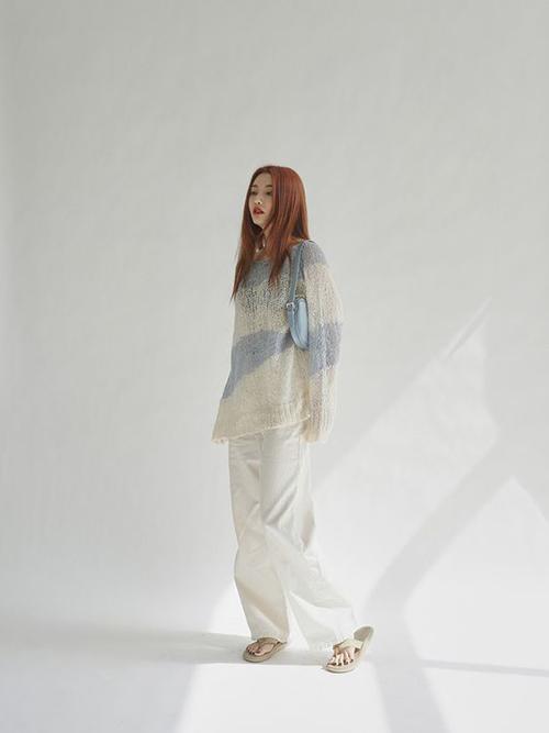 Áo len phom rộng có thể mix cùng quần short theo mốt giấu quần, sử dụng cùng chân váy bút chì và thôn dụng nhất là mặc cùng quần jeans ống đứng.