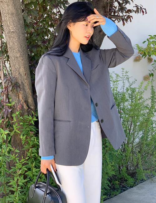 Blazer là trang phục nên được thử kỹ càng trước khi mua để tạo hình ảnh tinh tế, chỉn chu nhất.