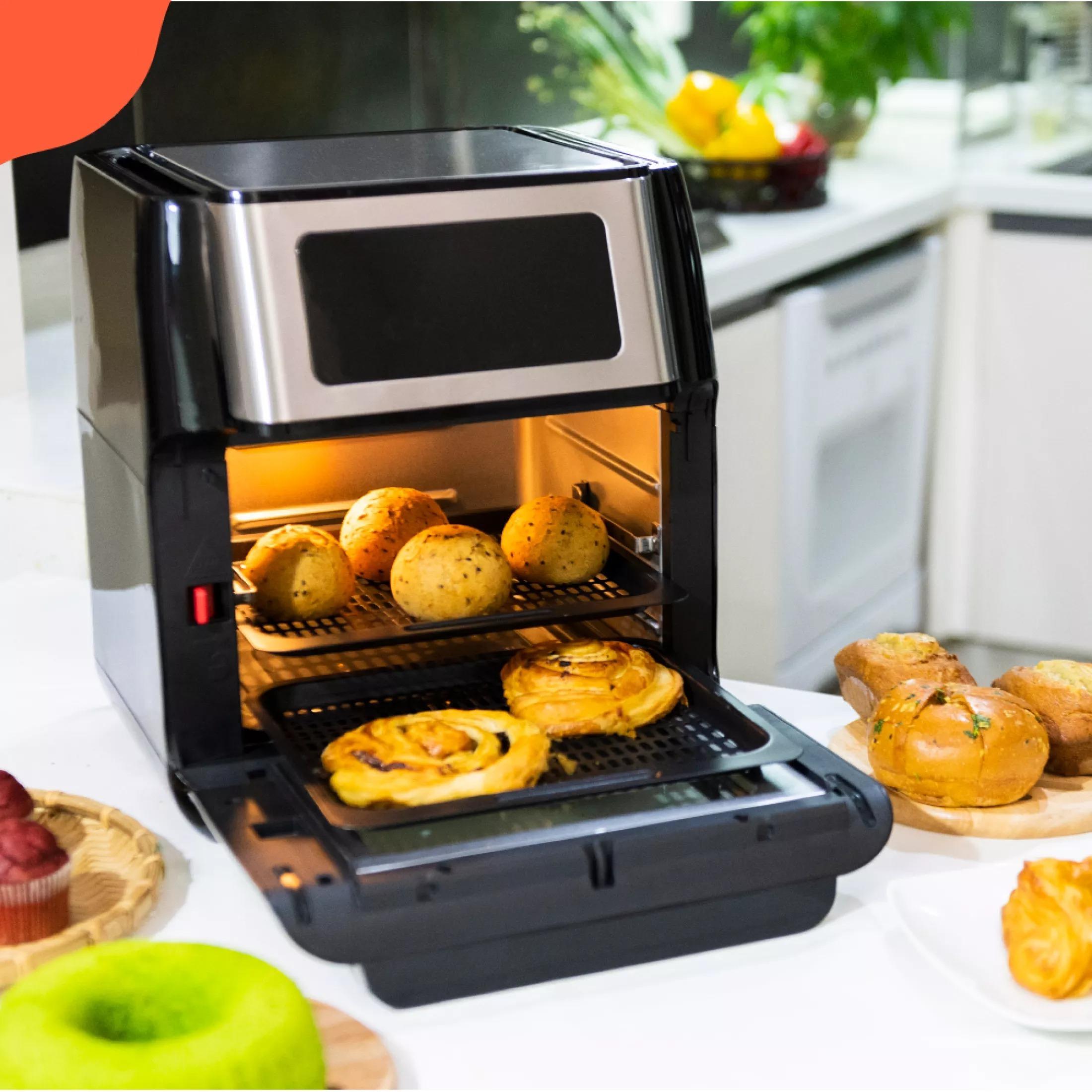 Nồi chiên không dầu Kalite Q10 với công suất 1.800 W, dung tích 10 lít, là một trong những sản phẩm bán chạy nhất trên Lazada suốt thời dịch. Nồi có bảng điều khiển LED hiện đại, phụ kiện đa dạng, cửa kính tháo rời dễ vệ sinh. Nồi có thể dùng thay thế 9 loại bếp khác nhau như: lò nướng, nồi chiên, máy nướng pizza, máy nướng bánh mì, máy làm bỏng ngô, máy ủ sữa, máy sấy hoa quả, nồi chiên sâu và lò vi sóng. Khi mua sản phẩm trên LazMall trong các ngày 12-19/9, không chỉ có mức giá ưu đãi 39% còn 2,652 triệu đồng, người dùng còn nhận thêm loạt quà gồm phụ kiện nồi chiên, voucher 100.000 đồng kèm miễn phí giao hàng toàn quốc. Đặt mua ngay tại đây.