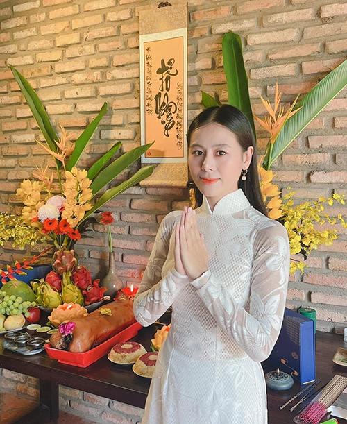 Diễn viên Nam Thư chọn áo dài trắng, để tóc thẳng tư nhiên thể hiện nét dịu dàng khi làm lễ cúng Tổ.