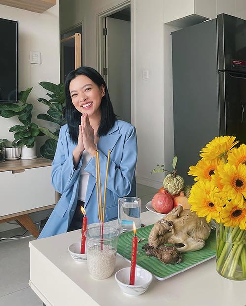 Người mẫu Tú Hảo chọn áo blazer kh tự bày mâm cúng Tổ ở căn hộ riêng.