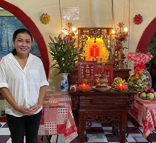 Ca sĩ Phương Thanh được khen giản dị khi đi cúng Tổ với trang phục sơ mi trắng, quần jeans đen.