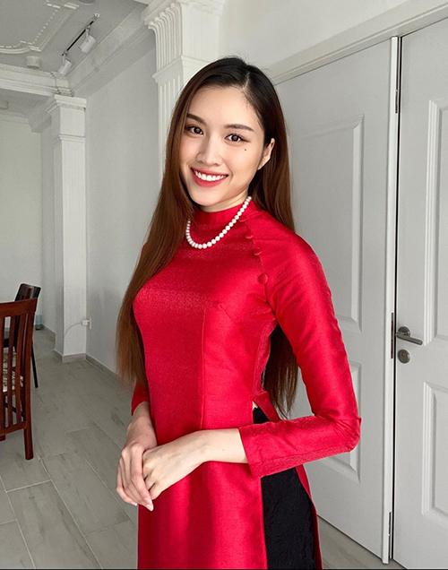 Cùng với phần bày biện mâm cúng Tổ, trang phục áo dài truyền thống được Thanh Thanh Huyền phối hợp hài hoà với vòng cổ ngọc trai để thể hiện nét đoang trang.
