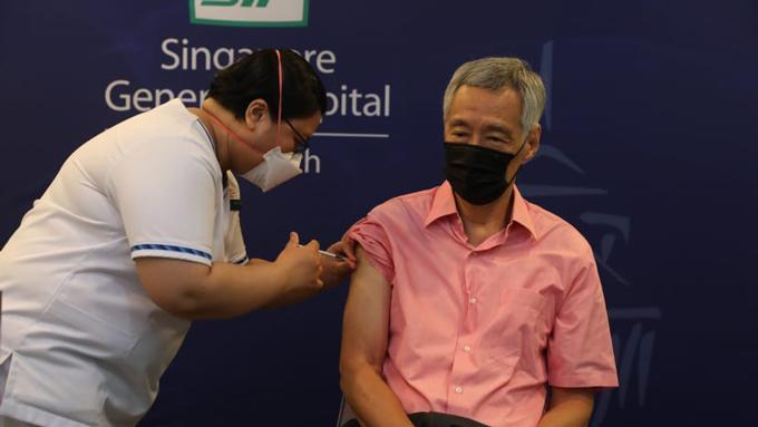 Thủ tướng Lý Hiển Long tiêm mũi vaccine Covid-19 thứ ba tại Bệnh viện Đa khoa Singapore hôm 17/9.  Ảnh: Bộ Thông tin và Truyền thông Singapore.