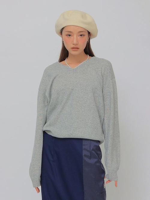 Sau một thời gian bị vứt xó trong tủ đồ, các nàng có thể tận dụng áo nỉ, áo sweater để phối cùng trang phục jeans nhằm tôn sự năng động.