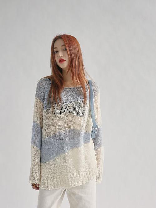 Những cô nàng thích thể hiện sự cá tính có thể chọn nhiều mẫu áo len mỏng, dáng oversize để phối đồ phá cách.