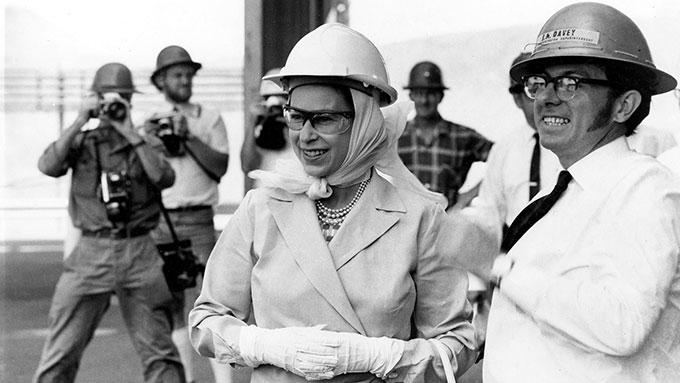 Nữ hoàng Elizabeth đi thăm mỏ Mount Isa trong khuôn khổ chuyến công du tới Australia vào năm 1970. Ảnh: @QSArchives
