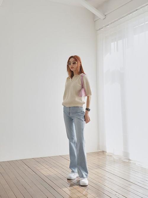 Áo dệt kim dáng cổ điển cùng quần jeans ống đứng là combo đơn giản, không quá kén dáng và có thể sử dụng ở nhiều bối cảnh khác nhau.