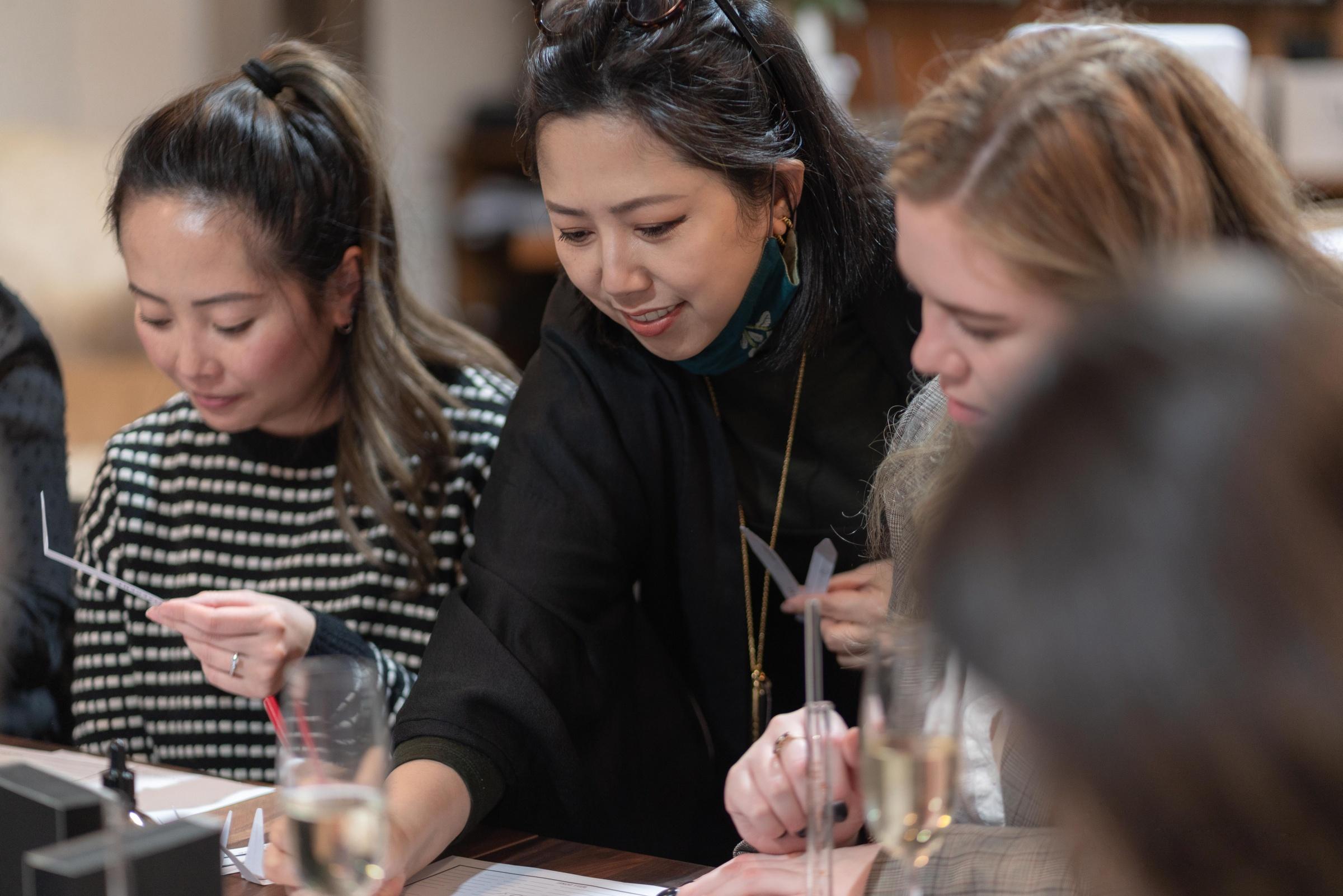 Chuyên gia sáng tạo mùi hương Huỳnh Hải Yến trong một buổi workshop hướng dẫn cách điều chế nước hoa cho Daily Mail Australia. Ảnh: Facebook nhân vật