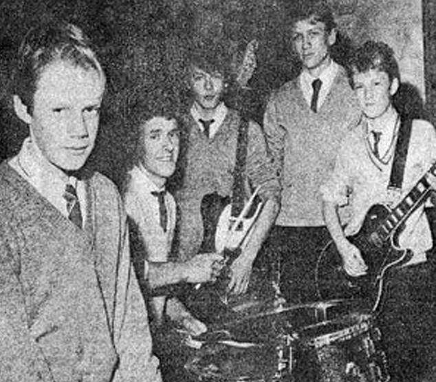 Daniel (thứ hai từ phải sang) với ban nhạc rock của anh thời trung học. Khi dậy thì, Daniel trở thành một chàng trai cao lớn, điển trai.