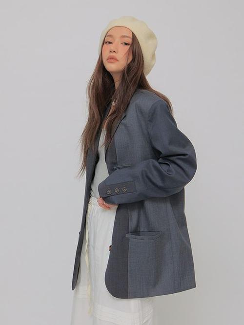 Qua nhiều mùa thời trang, áo blazer dáng rộng vẫn là trang phục được phái đẹp ưa chuộng. Xu hướng này được làm mới với nhiều mẫu áo phối vải, ráp phom độc đáo.