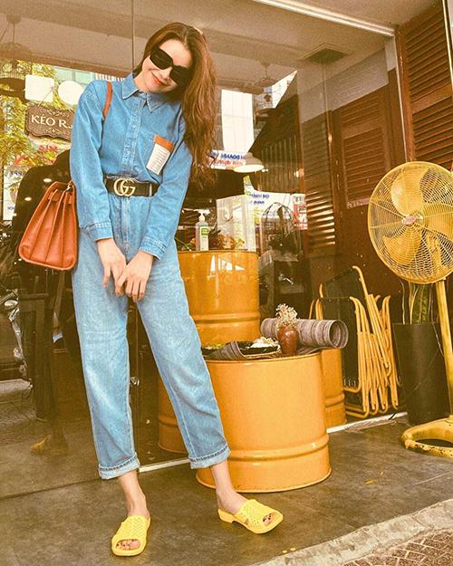 Vốn là một cô nàng mê các món hàng hiệu hot trend nhưng Trà Ngọc Hằng cũng chọn dép tổ ong để mang tới sự mới mẻ cho set đồ dạo phố.