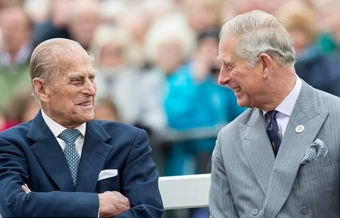 Hoàng thân Philip và Thái tử Charles trong chuyến thăm tới Poundbury năm 2016. Ảnh: UK Press