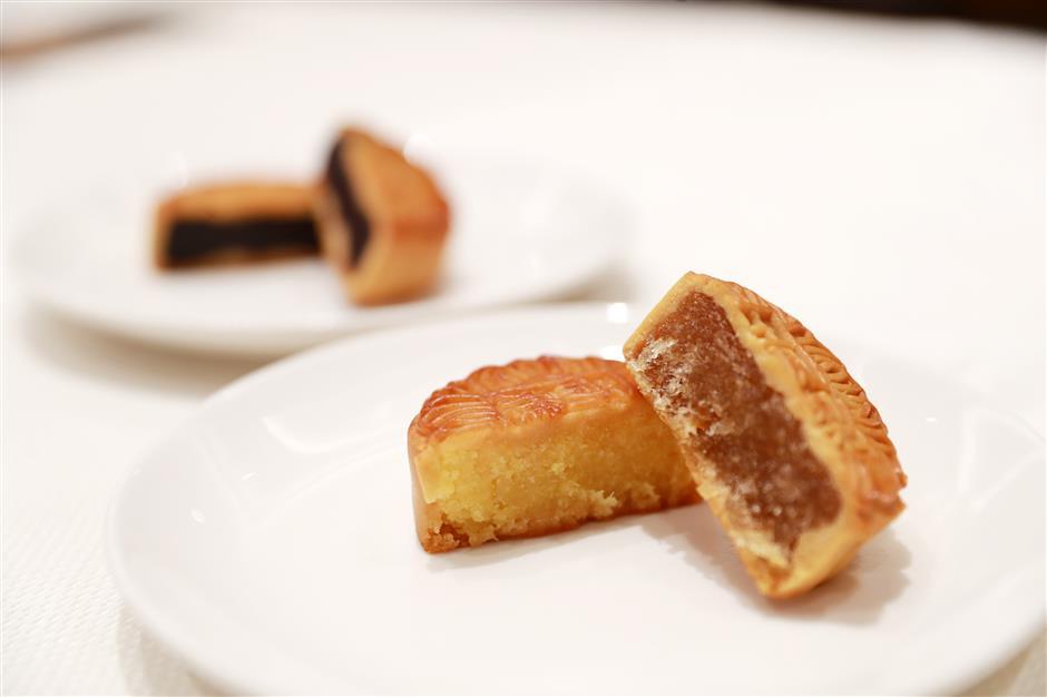 Một chiếc bánh được phục vụ ở nhà hàng Sunya Cantonese.