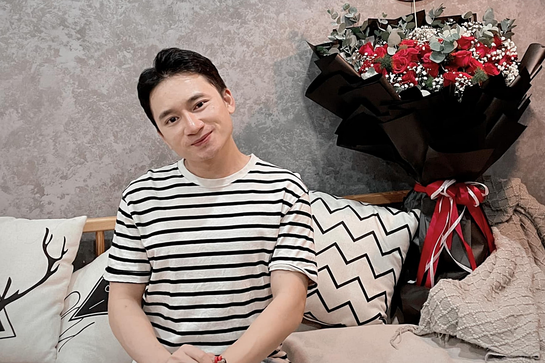 Hiện hai vợ chồng sinh sống ở Nha Trang và thành phố cũng áp dụng chỉ thị 16 để phòng chống Covid-19. Dù vậy, Phan Mạnh Quỳnh cố gắng đặt hoa và bánh trong ngày đặc biệt. Anh còn hát chúc mừng sinh nhật và ngẫu hứng làm hai câu thơ tặng vợ: Vy ơi sinh nhật nữa rồi. Bạn thật may mắn có tôi làm chồng.
