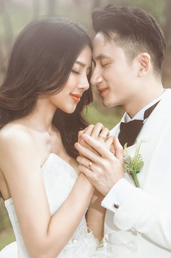 Phan Mạnh Quỳnh (31 tuổi) và Huỳnh Khánh Vy (27 tuổi) công khai yêu nhau từ tháng 9/2017.