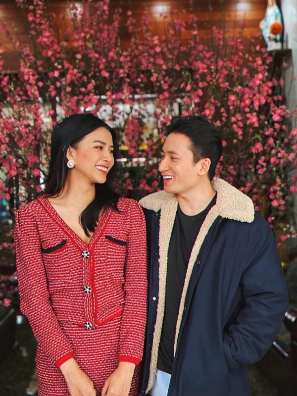 Khánh Vy kể ở nhà, ông xã hết lòng phụ cô làm việc nhà: nấu ăn, giặt đồ. Thời gian này, Phan Mạnh Quỳnh duy trì công việc sáng tác nhạc tại nhà, còn bà xã anh tạm ngừng công việc kinh doanh thời trang, mỹ phẩm vì dịch.