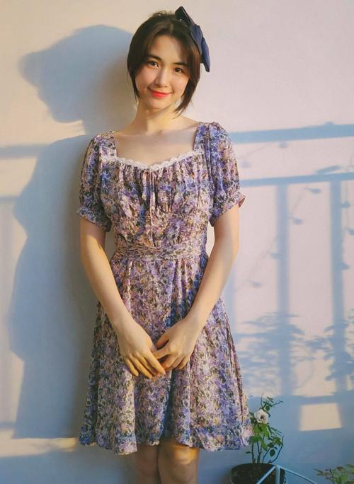 Bộ đầm hoa nữ tính sau khi Hòa Minzy diện được nhiều người hỏi mua. Không tốn quá nhiều chi phí cho trang phục, cô chỉ cần chi 199.000 đồng là đủ để có diện mạo nhẹ nhàng, hợp mốt.