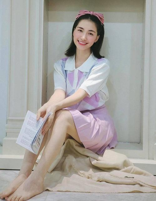 Ca sĩ được nhiều người hâm mộ hỏi về chỗ mua set trang phục gồm áo dệt kim cổ polo họa tiết quả trám, kết hơp chân váy hồng pastel ton-sur-ton.