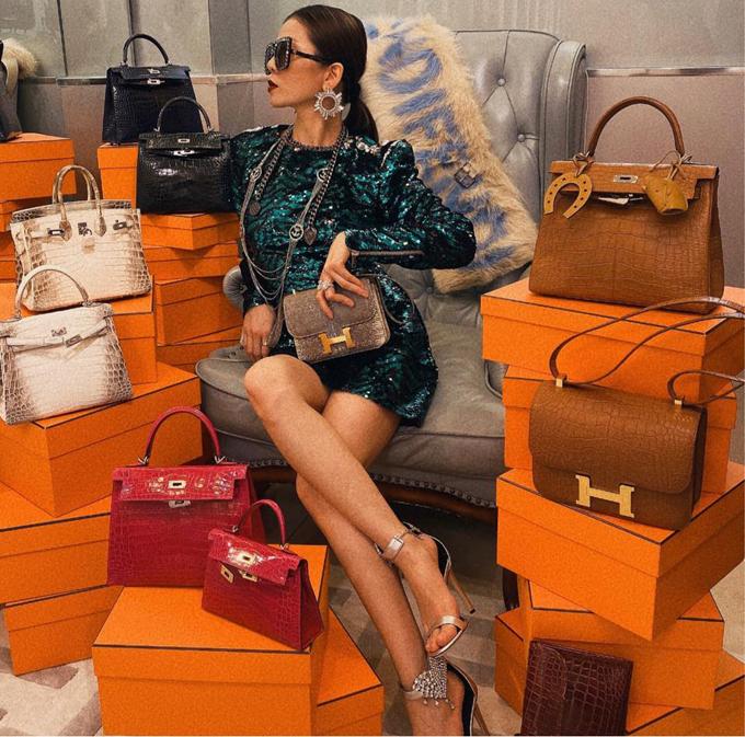 Lệ Quyên khoe bức ảnh chụp cùng 10 chiếc túi xách Hermes. Ca sĩ tiết lộ, bức hình này là thành quả của cô trong một buổi chơi đồ hàng với loạt phụ kiện xa xỉ đang sở hữu. Số túi xách này chỉ là một phần nhỏ trong bộ sưu tập túi hàng chục chiếc của người đẹp. Để sắp xếp khung hình cho đẹp, cô ngồi ở giữa, cầm trên tay chiếc Constance Ombre giá khoảng 50.000 USD (khoảng 1,1 tỷ đồng), xung quanh bày 10 chiếc Hermes đủ dòng.