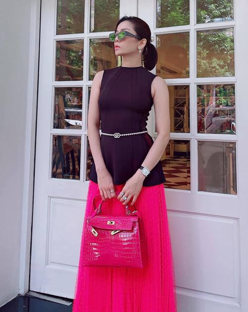Cô cũng sắm túi đa dạng màu sắc, cả những tông rực rỡ như đỏ, hồng, vàng... để dễ dàng phối quần áo.