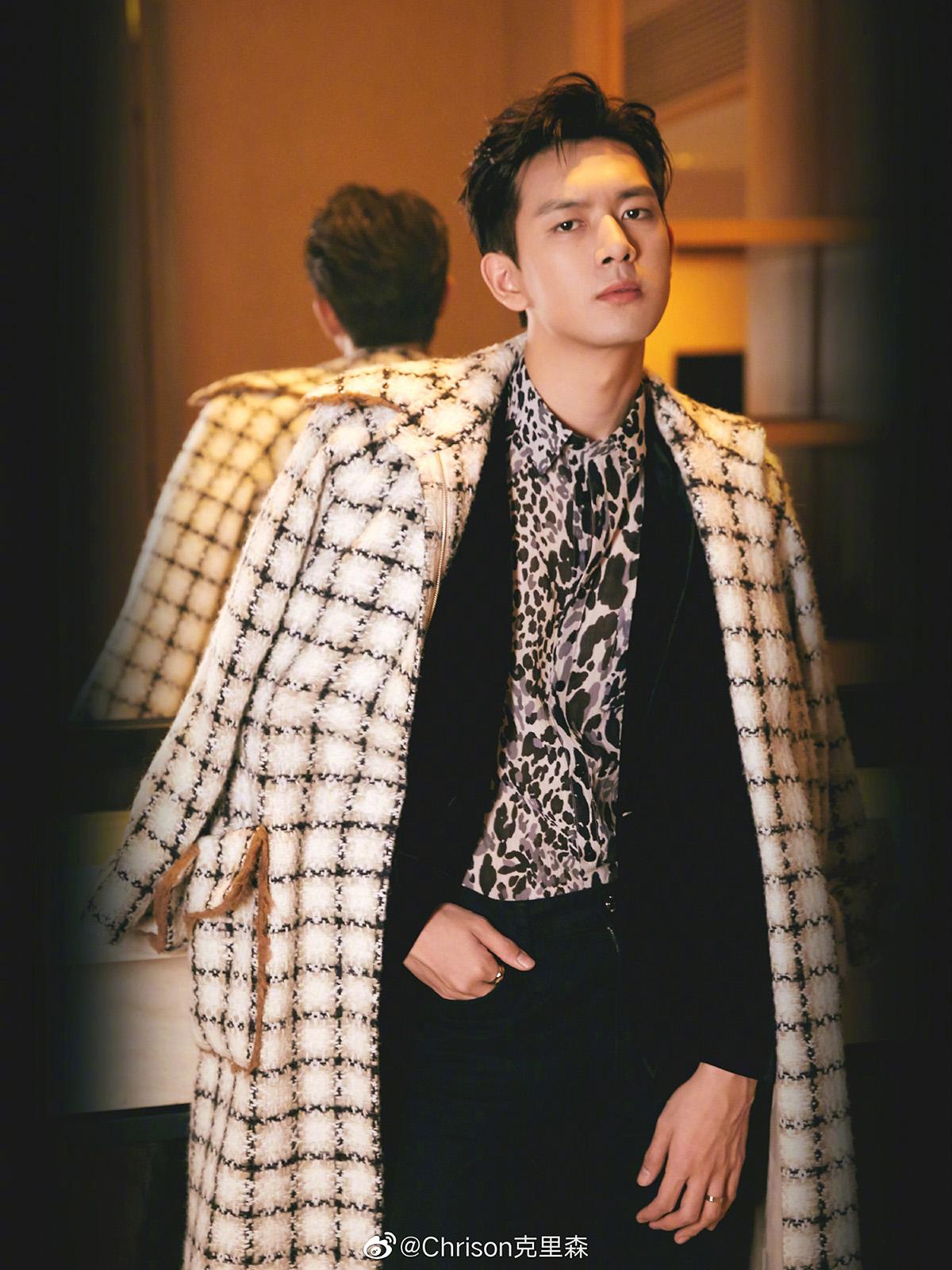 Lý Hiện khoác áo choàng Chanel Thu đông 2019 tại Đêm hội Weibo, tháng 1/2020.