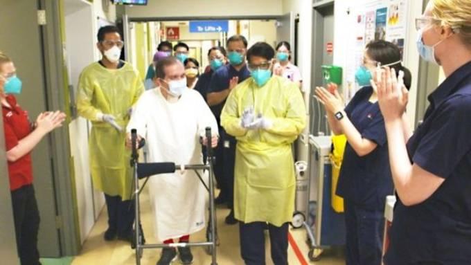 Ông David Avlila Mellado được các nhân viên vỗ tay chúc mừng khi xuất viện hôm 1/9. Ảnh: Western Sydney Health