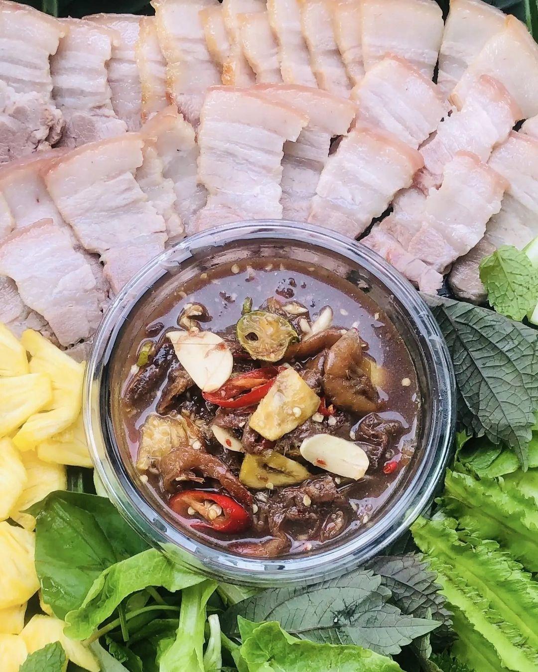 Mắm chua được làm từ các loại cá nhỏ, xương mềm, ngọt thịt như cá cơm, cá lòng tong, cá rễ tre. Cá được rửa sạch với nước muối, để ráo, ướp với muối hột rang giã nhuyễn, đường trắng cùng thính, tỏi, ớt, tiêu băm nhỏ, trộn đều cho thấm vào từng lớp cá và ủ. Sau nửa tháng, món mắm chua sẽ có vị nồng, thơm, đậm đà, ăn kèm cơm trắng và các loại rau sống như đậu rồng, chuối chát đều rất ngon.