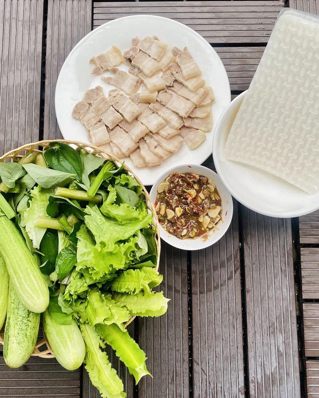 Với món đặc sản Tây Ninh đậm đà, Ngọc Trinh chỉ cần ăn kèm thịt luộc và đậu rồng. Đây được xem là sự kết hợp đúng bài và phổ biến ở Tây Ninh, được người dân địa phương ưa thích. Mắm chua có vị khá nồng, quyện với vị tươi giòn của đậu rồng, vị béo bùi của thịt luộc, cuốn với bánh tráng. Là thánh ăn cay, Ngọc Trinh không quên thêm ớt tươi để hương vị thêm hấp dẫn.