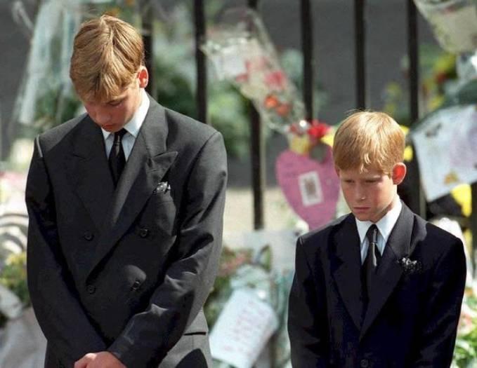 William và Harry vẻ mặt buồn bã trong lễ tang mẹ Diana vào ngày 6/9/1997. Ảnh: AFP