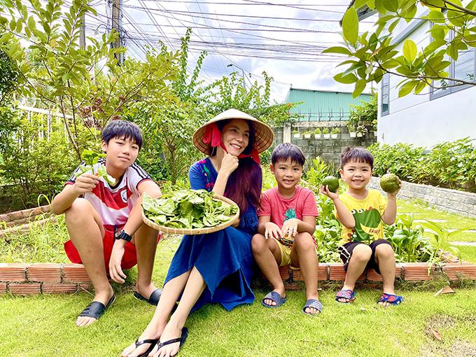 Ba tháng qua, gia đình ca sĩ Kiwi Ngô Mai Trang tận hưởng không khí điền viên ở khu nhà vườn Long An. Nói về quyết định này, nữ ca sĩ cho hay: Ở TP HCM, chúng tôi sống ở chung cư rộng rãi nhưng trải qua những ngày giãn cách, chúng tôi thấy khó tránh khỏi mệt mỏi, áp lực. Vì vậy, hai vợ chồng bàn bạc, quyết định về nhà vườn ở Long An - vốn là chốn nghỉ dưỡng thường xuyên của gia đình vào dịp cuối tuần.