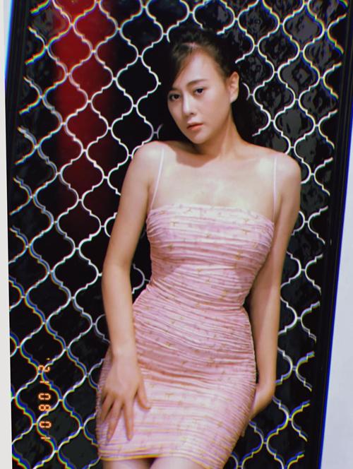 Khác với nhân vật trong Hương vị tình thân, Phương Oanh mặc đồ rất sexy và tôn dáng.