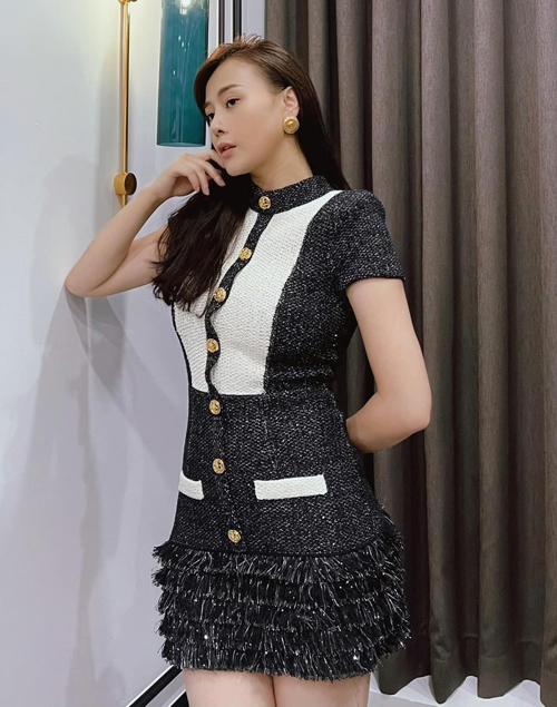 Trang phục của Phương Oanh có xuất xứ đa dạng, nhiều món đến từ các thương hiệu thời trang trong nước, nhiều món được cô đặt hàng từ nước ngoài.