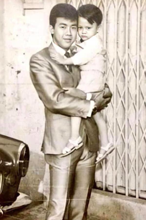 Nghệ sĩ Hữu Châu chia sẻ ảnh lúc bé được nghệ sĩ Bảo Quốc bồng trên tay.