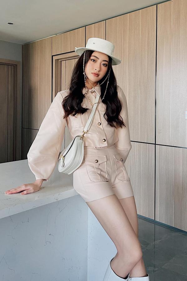 Hoa hậu Lương Thuỳ Linh diện đồ cá tính khi ở nhà tránh dịch.