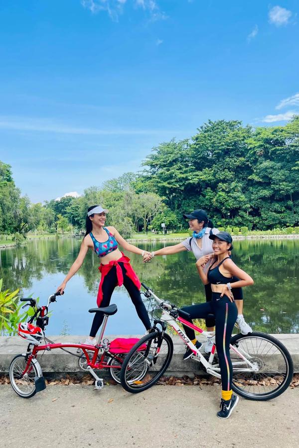 Hoàng Oanh, Đoan Trang đạp xe khám phá đảo quóc sư tử. Đây cũng là môn thể thao yêu thích của cô, giúp cô rèn luyện sức khoẻ và giữ vóc dáng thon gọn.