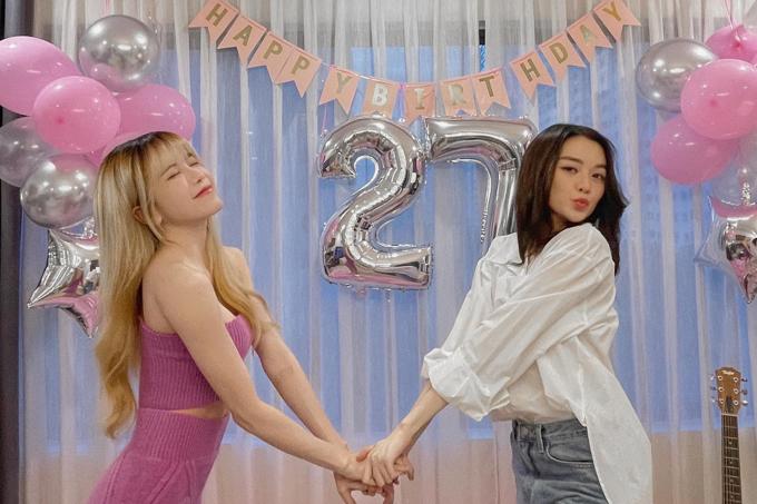 Thiều Bảo Trang tự tay trang trí mừng sinh nhật em gái Thiều Bảo Trâm.  Sau mười năm đây là lần đầu tiên hai chị em đón sinh nhật với nhau, cô cho hay.