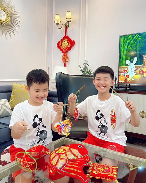 Hai con trai thích thú khám phá các loại đèn trung thu.