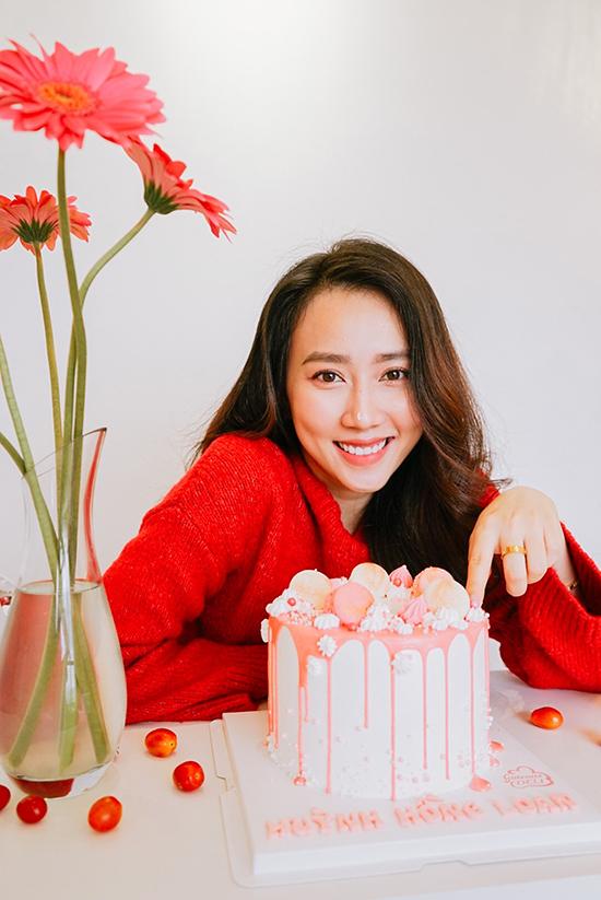 Để lưu lại sinh nhật đặc biệt, cô nhờ em gái chụp cho một bộ ảnh và tự trang trí bằng bánh kem, hoa và một số loại quả màu sắc cùng tông.