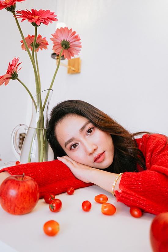 Huỳnh Hồng Loan sinh năm 1994, từng hẹn hò với cầu thủ Tiến Linh. Cô làm diễn viên nhiều năm nay và được biết đến với các phim Tình khúc bạch dương, Tiệm ăn dì ghẻ, Lựa chọn số phận...