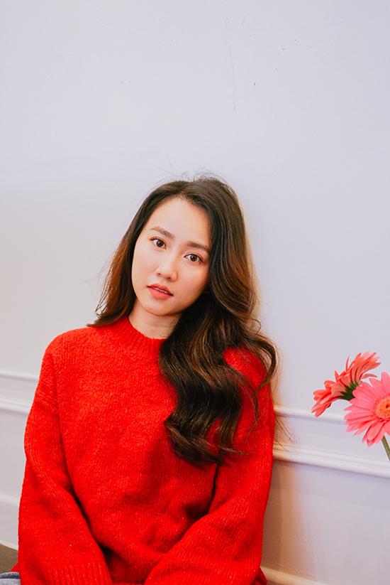 Mái tóc quá dài sau nhiều tháng ở nhà tránh dịch nên Huỳnh Hồng Loan cũng tự cắt để có diện mạo chỉn chu trong bộ ảnh kỷ niệm 27 tuổi.