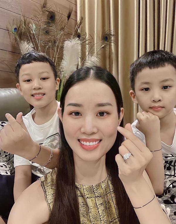 Về đời tư, Minh Phương đã lập gia đình và có hai con trai khôi ngô, ngoan ngoãn.