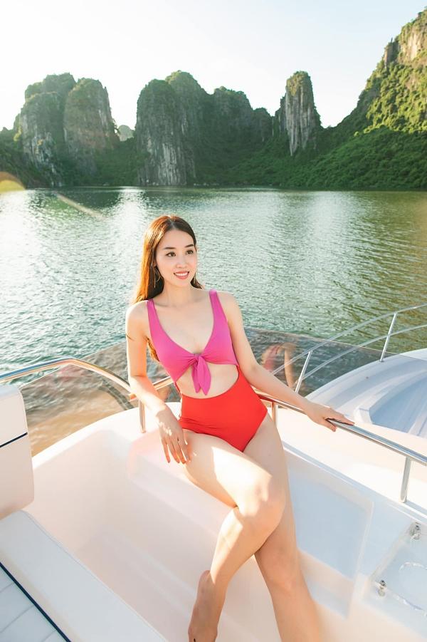 Quản lý Ngọc Trinh tự tin diện áo tắm khoe dáng trên du thuyền.